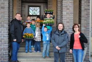 Danko Jur, Kita-Kinder, Frank Wimmers und Anja Timm (v.l.n.r.) bei der Blumenübergabe
