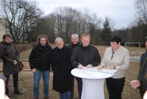 Vorsitzender Danko Jur und Baudezernentin Anne Fellner bei der Unterschrift